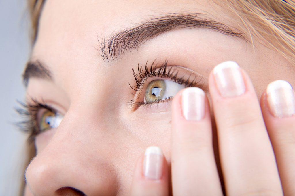 Дергается верхнее веко глаза:-причина заболевания