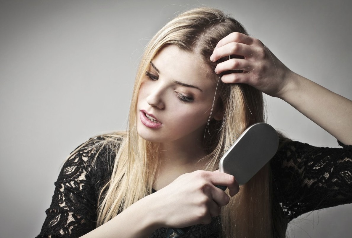 Почему сильно выпадают волосы на голове у женщины: причины и лечение