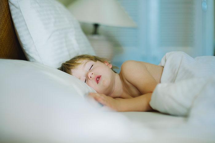 почему ребенок скрипит зубами во сне ночью.