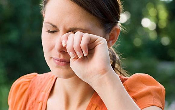 дергается глаз верхнее веко глаза причины и лечение-что предпринять
